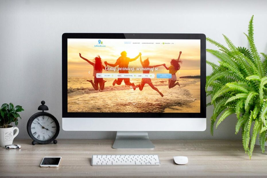 Free iMac on Table Mockup